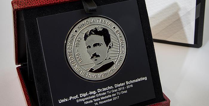 Die silberne Nikola Tesla-Medaille für Dieter Schmalstieg im Detail.