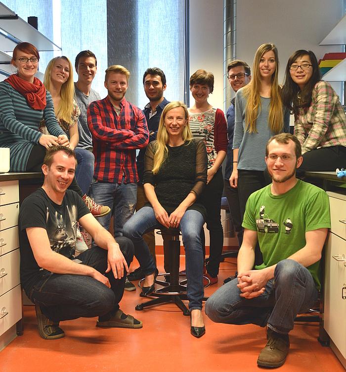 Foto der Forschungsgruppe von Juliane Bogner-Strauss in einem Labor am Institut für Biochemie der TU Graz.