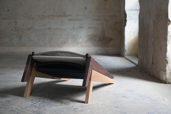 Loungesessel aus Holz und Hanfseil zusammengeklappt.