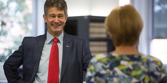 Harald Kainz, Rektor der TU Graz, im Gespräch mit einer Mitarbeiterin.