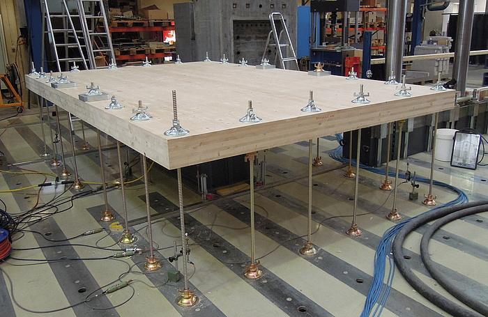 BSP Platte, die in einer Halle geprüft wird.