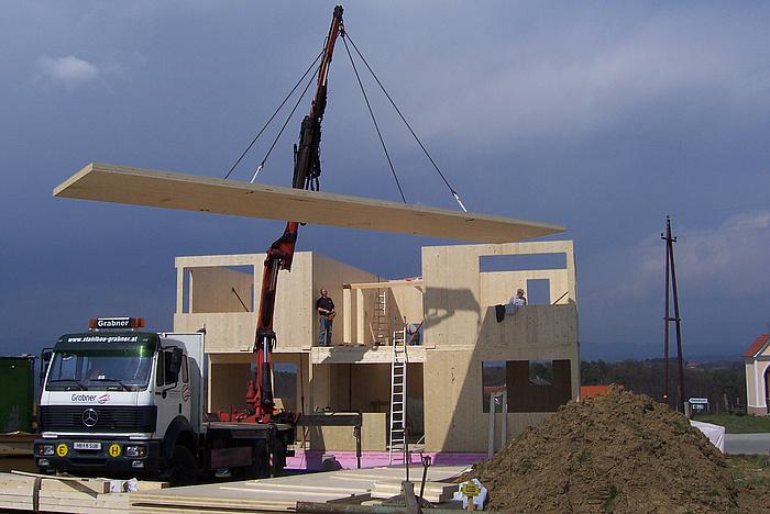 Errichtung eines Einfamilienhauses mit großformatigen Brettsperrholzelementen.
