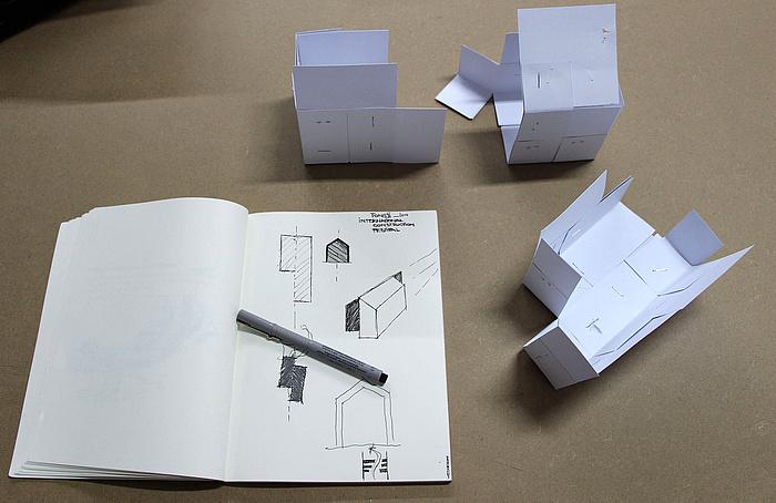 Entwurfszeichnung und Papiermodelle des Pavillons
