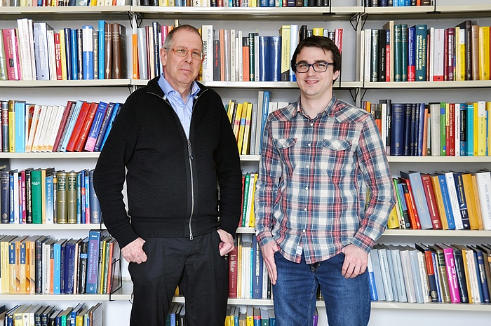 Winfried Kernbichler und Gernot Kapper in der Bibliothek des Instituts für Theoretische Physik.