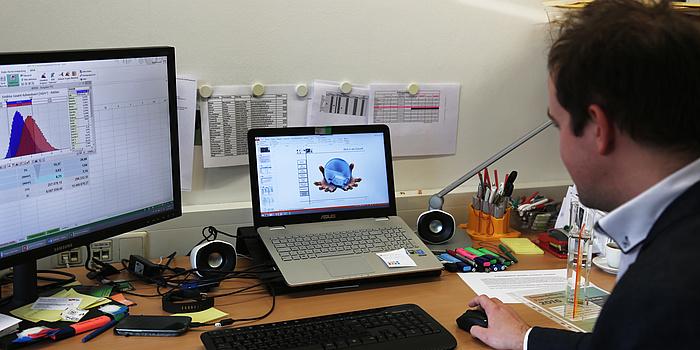 Markus Kummer an seinem Computerarbeitsplatz am Institut für Baubetrieb und Bauwirtschaft.