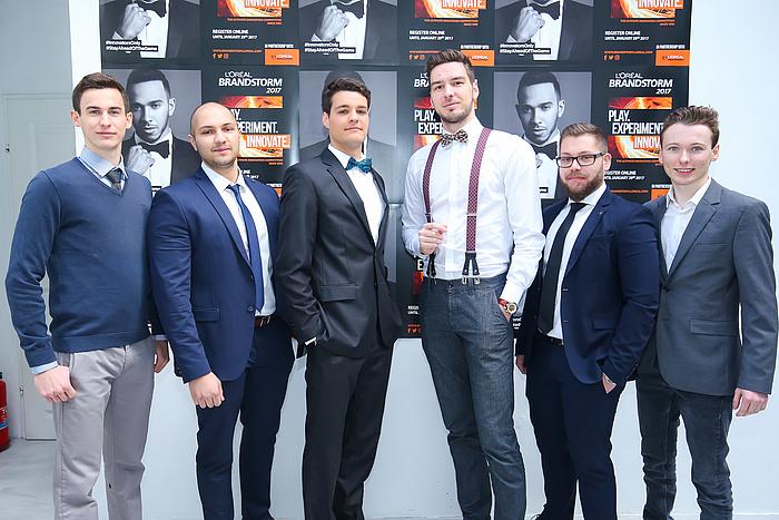 In Wien stellte sich das Team Paradigm Shifters gemeinsam mit einem anderen TU Graz-Team zum gemeinsamen Foto auf (v.l.n.r.): Stefan Schöpf, Stefan Stevanovic, Omar Saracevic, Mark Celaj, Aleksandar Sargic, und Bernd Somitsch