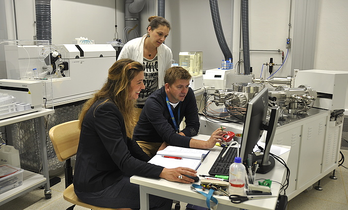 The mass spectrometer for the isotopic analysis of rocks is being tuned by Dorothee Hippler and Sylvia Perchthold prior to sample analysis.