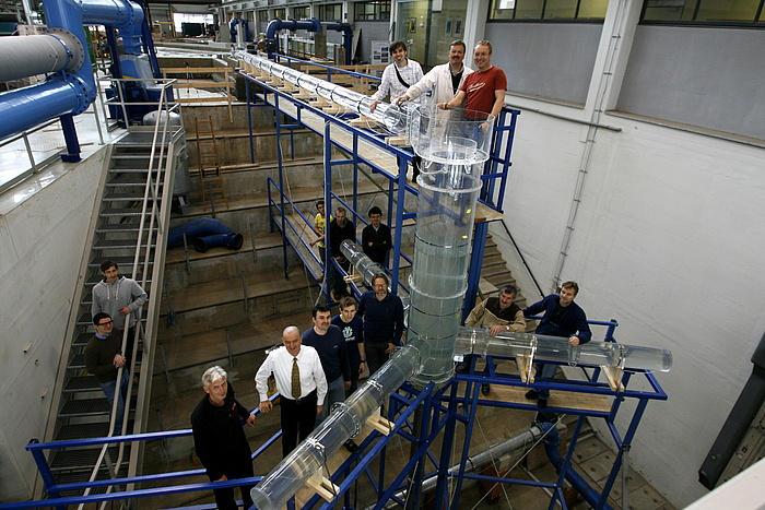 The model-building team of TU Graz and the team of Vorarlberger Illwerke AG in the hydraulic laboratory of TU Graz.