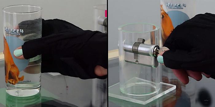 Am linken Bild hält eine Hand mit schwarzem Handschuh ein Glas. Im rechten Bild hälte eine Hand im schwarzen Handschuh einen silbernen Schlüssel.