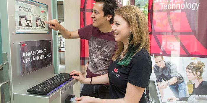 Ko Odreitz und Elisabeth Salomon (v.l.) bei der elektronischen Anmeldung am TU Graz-Campus.