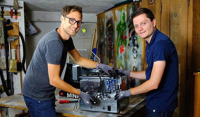 Jakob Neuhauser und Thomas Schiefermair arbeiten an der MINImill in ihrer Werkstätte.