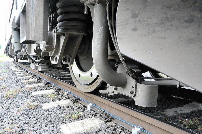 Eisenbahngleise mit faseroptischen Sensorkabeln.