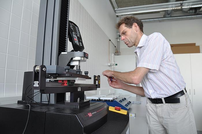 Sven Stegemann bei der Arbeit in einem Labor der TU Graz.