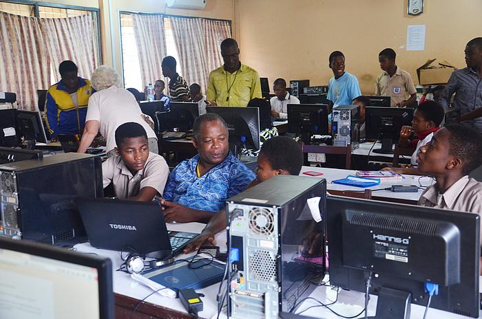 Workshop-Teilnehmende unterschiedlicher Altersstufen im gut ausgestatteten Computerlabor an der KETASCO.