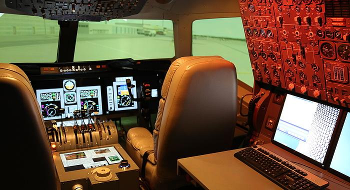 Cockpit des Verkehrsflugzeugsimulators.