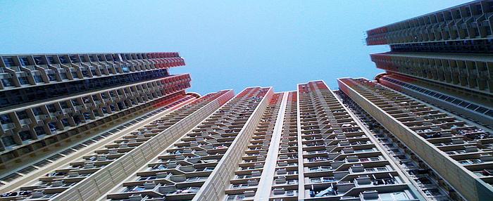 Foto eines Wohnhochhauses mit Split-Klimaanlagen in Hongkong