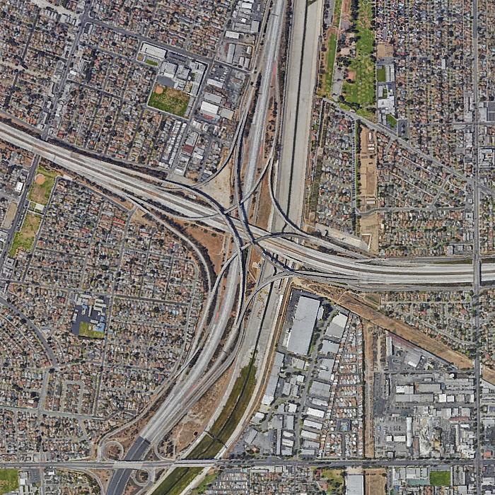 Kreuzungspunkt der Stadtautobahnen Interstate 710 und Interstate 105 inmitten von Los Angeles, Kalifornien, aus der Luft aufgenommen.