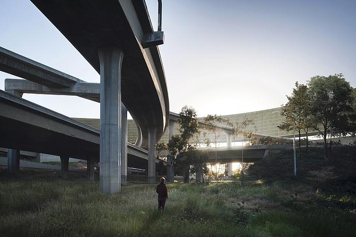 Grafische Darstellung des omnipräsenten Verkehrsknotenpunktes im Zentrum des Bauwerkes, wie zu einer Skulptur hochstilisiert