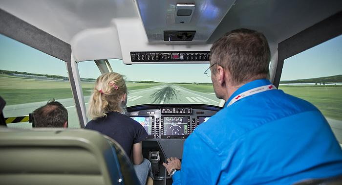 Cockpit des Leichtflugzeugsimulators.