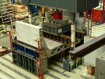 Blick auf eine hydraulische Presse in der Laborhalle