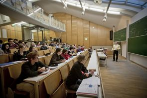Professor Schanz beim Vortrag im Hörsaal