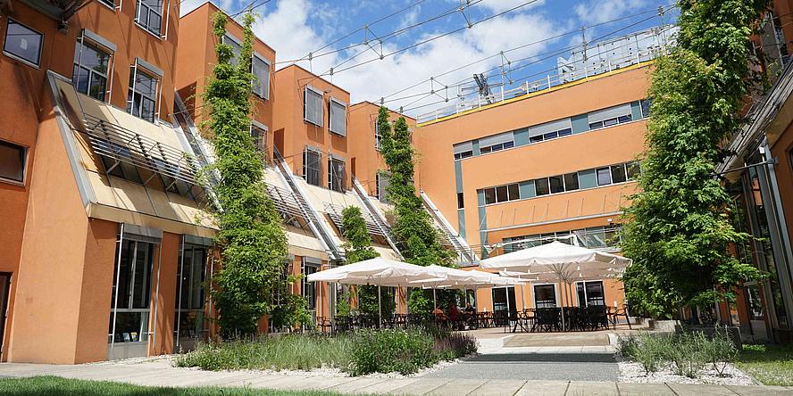 Innenhof der Fachbibliothek Inffeld mit Sonnenschirmen