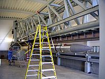 Die komplette zweistufige Rakete mit der Nutzlast an der Startrampe