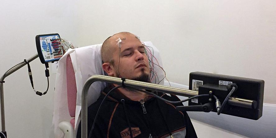 Liegende Person mit Tattoo-Elektroden am Kopf