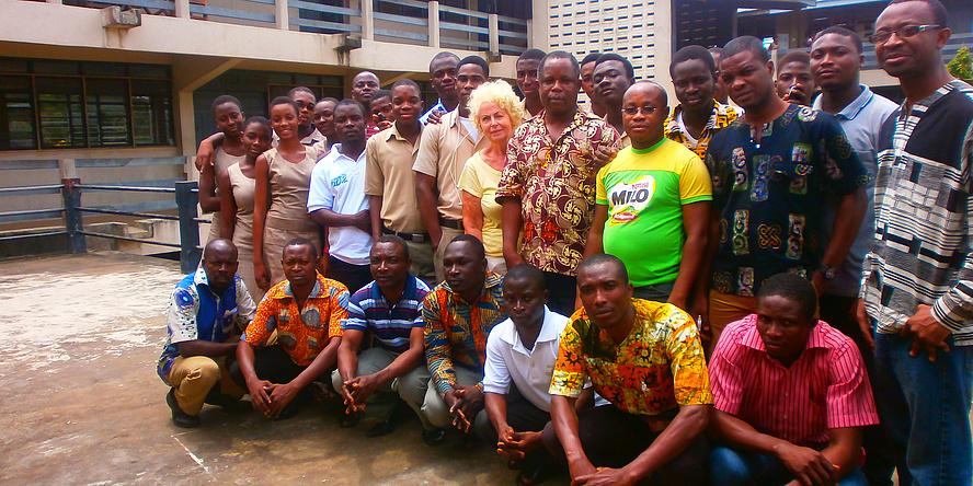 Margarete Grimus, inmitten afrikanischer Workshop-Teilnehmerinnen und –Teilnehmer und Gutachter, alle in vier Reihen zum Foto aufgestellt.