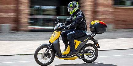 Mopedfahrer im fahrenden Zustand