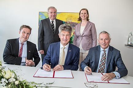 Die beiden Rektoren unterschreiben den Vertrag im Beisein des TU Graz-Vizerektors für Lehre und der Landespolitik vertreten durch den Landeshauptmann und die Landesrätin