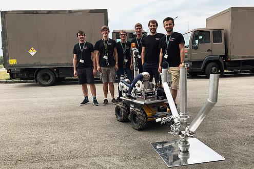 TU Graz Studierende posieren mit einem Field Roboter