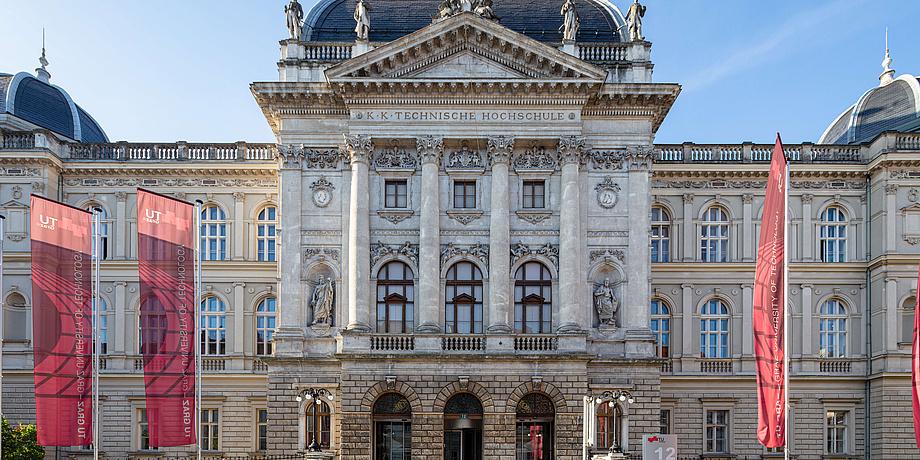 Historisches Gebäude mit TU Graz Fahnen