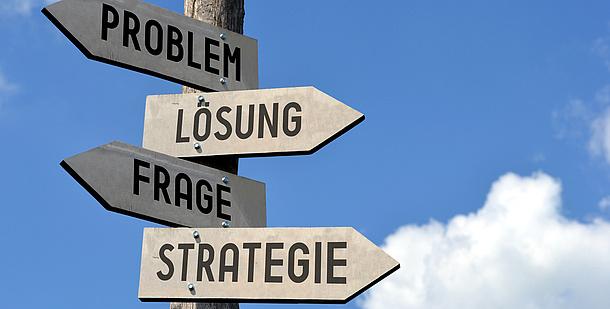 4 Wegweiser mit den Aufschriften Problem, Lösung, Frage, Strategie. Bildquelle: iStock – 3D generator