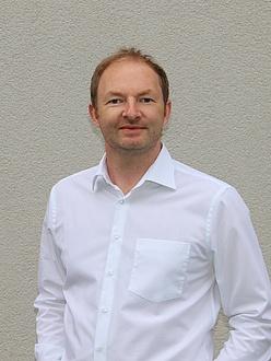 Porträt eines Mannes im weißen Hemd