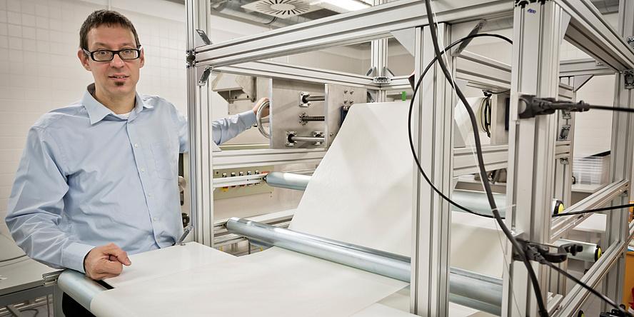 Ulrich Hirn im Labor für Faserquellung