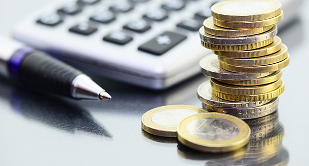 A calculator and coins. Source: photocrew – Fotolia.com
