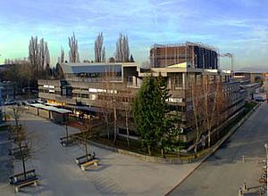 Foto des Gebäudes Inffeldgasse 18 mit Blick auf das Institut für Elektrizitätswirtschaft und Energieinnovation.