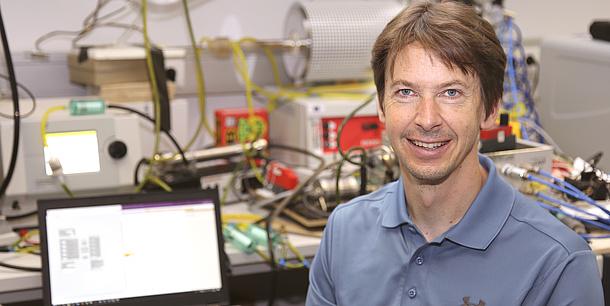 Mann in einem Elektrotechnik-Labor