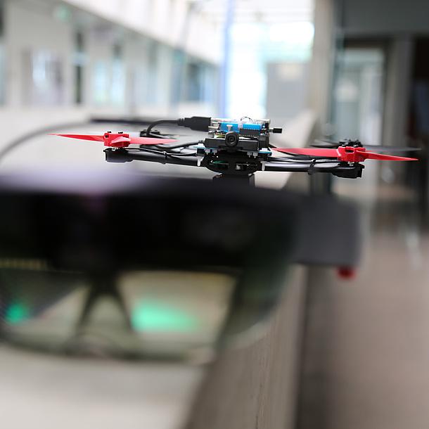 Eine Drohne fliegt durch einem Raum.
