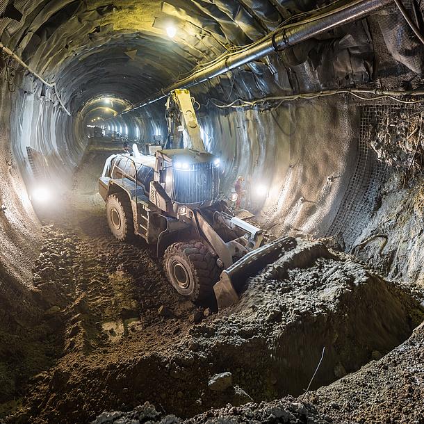 Ein Bagger in einer Tunnelröhre.
