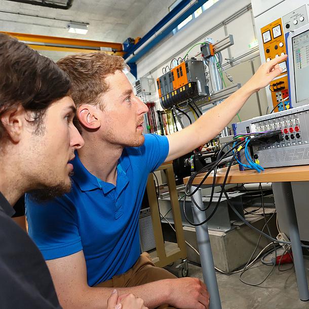 Zwei junge Männer vor einem Computer. Bildquelle: Frankl - TU Graz