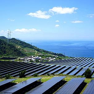 Sonnenkollektoren und Windräder auf einem Berg