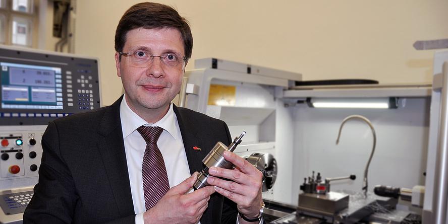 Auf dem Bild ist Franz Haas in einem Labor des Instituts für Fertigungstechnik zu sehen.