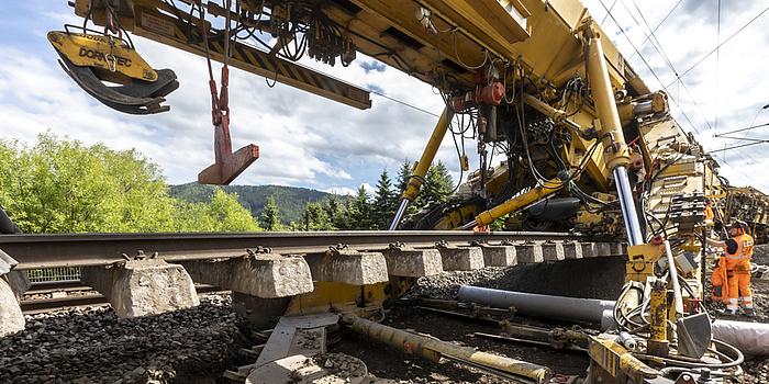Eine große Gleisbaumaschine.