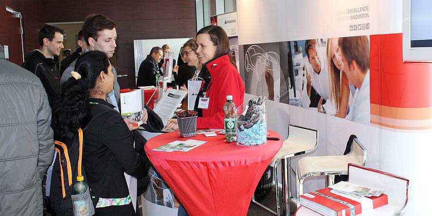 Besucherinnen und Besucher führen am FSI Recruiting Day angeregte Gespräche mit Personalverantwortlichen.