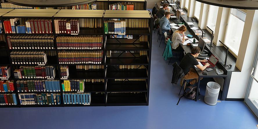 Lernende in der Fachbibliothek NAWI