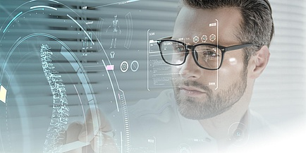 Ein Mann steht vor einer Datenwolke