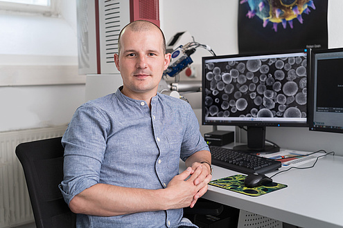 Researcher of the TU Graz in front of computer