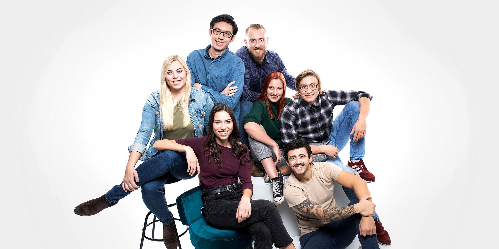 Eine Gruppe junger Menschen sitzt zusammen.
